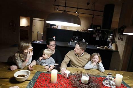 Nina ja Tuomas Rouhikko rakensivat perheelleen talon Porin asuntomessualueelle. Nyt perhe valmistautuu jouluun uudessa kodissaan. Piparitalkoihin osallistuivat perheen neljästä lapsesta kolme nuorinta Nellie, Benjamin ja Linnea.