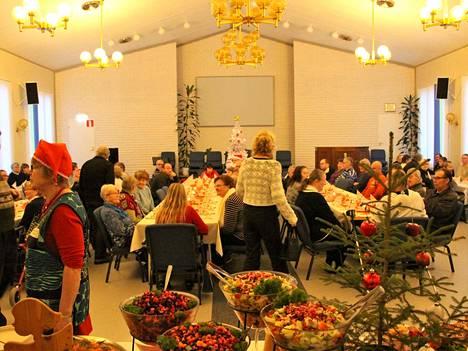 Pöydät notkuivat jouluherkkuja ja niitä riitti, vaikka väkeä tuli enemmän kuin ehkä koskaan aiemmin.