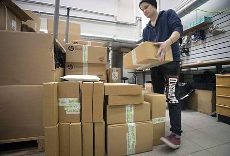 Joulukiireiden aikaan Taitonetin verkkokaupasta lähti jopa 150 pakettia päivässä. Pakkaaja Matias Holma laittaa käytetyt tietokoneet lähtövalmiiksi yrityksen varastossa Oulussa.