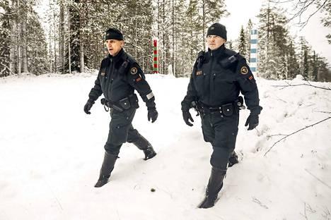 Kirka Arola ja Teemu Siivola valvovat Suomen itärajaa Sallassa.