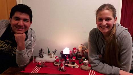 Nokian lukion vaihto-oppilaat meksikolainen Victor ja saksalainen Lavinia odottavat jännityksellä ensimmäistä jouluaan kotimaansa ulkopuolella.