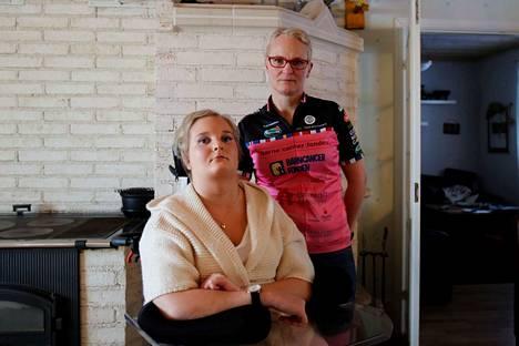 Pihla Berg kuntoutuu sädenekroosista, jonka hän sai syöpähoidon myöhäisoireena. Äiti Noora Berg osallistuu hyväntekeväisyystempaukseen, jossa pyöräillään Suomesta Pariisiin.