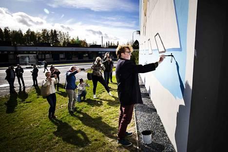 Fingerporin isä Pertti Jarla signeerasi Tampereen Tesomalla ison kolmen kerrostalon seinää käsittävän sarjakuvamuraalin. Työ maksoi taloyhtiölle 20 000 euroa.