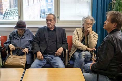 Pantse Syrjän oikeudenkäynti oli yksi Pirkanmaan käräjäoikeuden seuratuimpia oikeudenkäyntejä vuonna 2018. Oikeudenkäynnin alkua odottivat Syrjän veljesten äiti Kirsi Kunnas (vas.), syytetty Pantse Syrjä sekä Eppu Normaali -yhtyeen kitaristi Juha Torvinen ja laulaja Martti Syrjä.