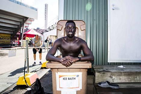 Poikkeuksellisen lämmin heinäkuu vaikutti myös nuorten yleisurheilun MM-kisojen urheilijoihin. Urheilijat ottivat jääkylpyjä roskalaatikoissa Ratinan stadionilla. Kanadalainen sprintteri Ruach Padhal viilentyi jääkylvyssä suorituksensa jälkeen.