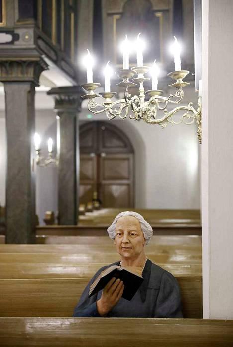 Kerttu Horilan veistos Rauman Pyhän Ristin kirkon penkissä on suosittu kuvauskohde.