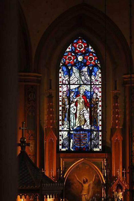 Magnus Enckell tutustui Keski-Porin kirkon lasimaalausta varten ranskalaisten katedraalien keskiaikaisiin lasimaalauksiin.