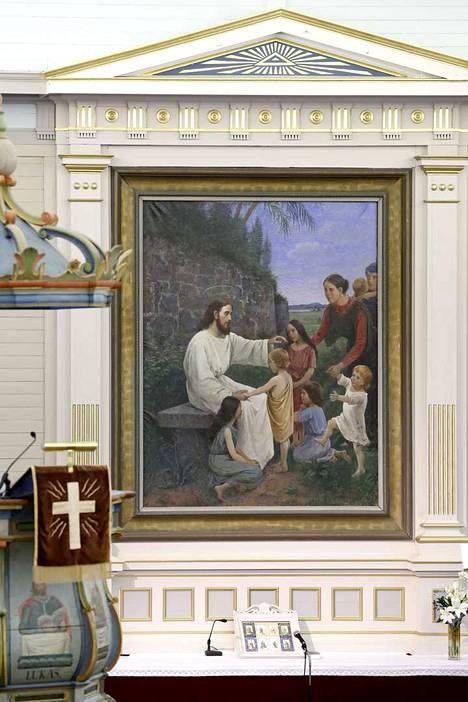Elin Danielson maalasi Ahlaisten kirkon alttaritaulua lapsuudenkotinsa Noormarkun Svenssilän pihaan rakennetussa ateljeessa 1888. Alttaritaulun maalaamista varten työtilan kattoa korotettiin ja ikkunaa suurennettiin.