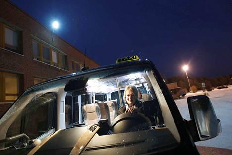 Taksiyrittäjä Sanna Katavisto Euran Taksikuljetuksesta ajaa nykyään pääasiassa päiväaikaan.