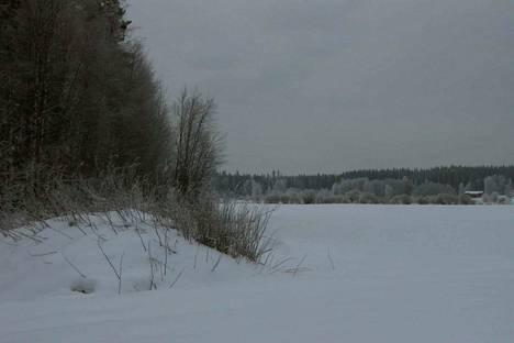 Arkistokuva Isojärveltä. Pelastuslaitokselta muistutetaan. että missään Satakunnassa jäät eivät ole niin vahvoja, että niille kannattaisi autolla mennä.