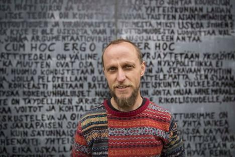 Aapo Korkeaoja kirjoitti viime kesän Käsitekesä -näyttelyyn konerasvalla porttiteorian vastaisen manifestin.