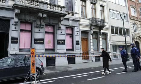 Mies ampui ravintolan ikkunaa kohti Brysselin keskustassa jouluaattona.