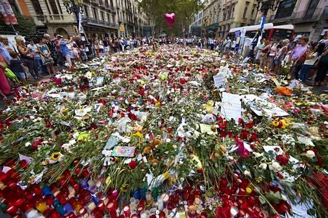 Barcelonalaiset toivat kesällä kukkia vuoden 2017 terrori-iskussa kuolleiden muistoksi. Vuoden 2017 terrori-iskussa kuoli 14 ihmistä.