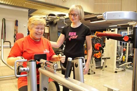 Mervi Hokkanen kaipasi ryhtiä parantavia liikkeitä ja Raija Virta neuvoi hänet leveän soutulaitteen käyttöön. Painopakkalaitteilla harjoittelu on turvallista, mutta liikkeiden oikeaan suorittamiseen kannattaa kysyä apua kokeneemmilta.