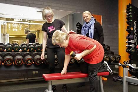 Vapailla painoilla suoritettava harjoittelu edellyttää, että liikkeet tehdään oikein. Peili on hyvä apuväline yksin treenatessa.