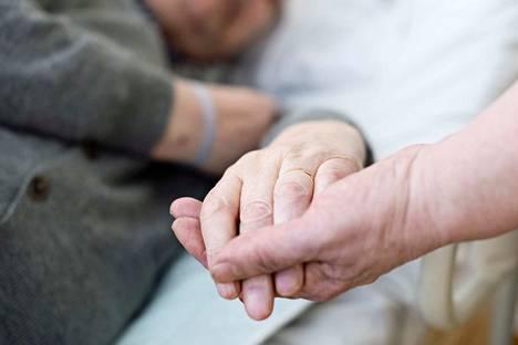 Hoitajat haluavat hoitaa hyvin ja kärsivät siitä, että asiakas ei saa sitä palvelua, mihin hänellä on oikeus, kirjoittaa Silja Paavola.