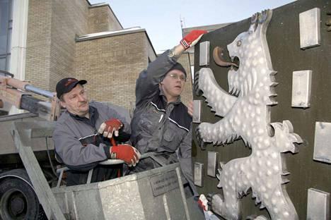 Mäntän kaupungin työntekijät Raimo Uuttera (vas.) ja Jarmo Välimäki ottivat Mäntän vaakunan alas kaupungintalon seinältä.