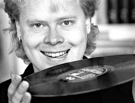 Raumalainen laulaja-lauluntekijä TJ Saarinen esittäytyy kirjassa ja levyillä niin soolona kuin eri yhtyeiden jäsenenä. Yhdistävänä tekijänä kappaleissa on vahva melodian taju.