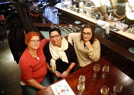Ystävykset Marika Prunnila (vas.) Elina Rantala ja Mirva Valkama olivat saapuneet nauttimaan syötävää ja juotavaa Cafe Antoniin.