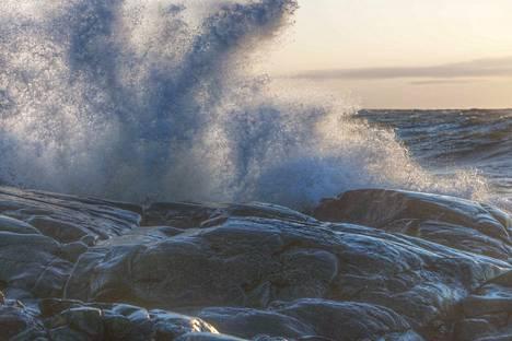 Merialueilla myrskyää vuoden ensimmäisenä päivänä. Kuvituskuva on Porin Kallosta.