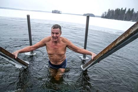 Halkoniemen avantouintipaikka pysyy auki kahden pumpun avulla. Muutaman metrin päässä Pyhäjärvi on jo tuoreesti jäässä, mutta tällä uintikerralla ei sentään pilkkijää saatu samaan kuvaan Jouko Selinin kanssa.