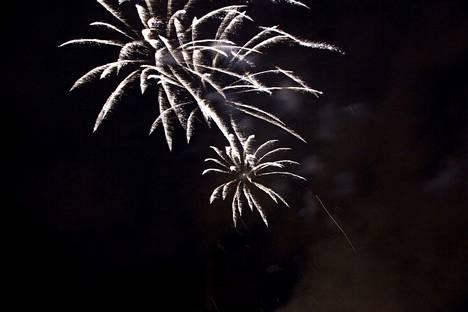 Tänä uutena vuotena ilotulitteet joudutaan ampumaan lumisateessa. Hiutaleet eivät välttämättä estä rakettien näkymistä taivaalla.