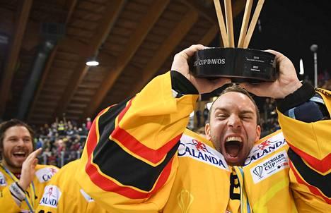 KalPa juhli Spengler-cupin voittoa ensimmäisenä suomalaisjoukkueena.