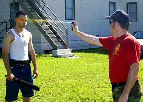Yhdysvaltojen asevoimien sotilaat demonstroivat pippurisumuttimen käyttöä.