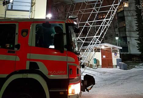 Pirkanmaan pelastuslaitos hälytettiin paikalle rakennustelineiden kallistuttua vaarallisesti Tesomajärvenkadulla.