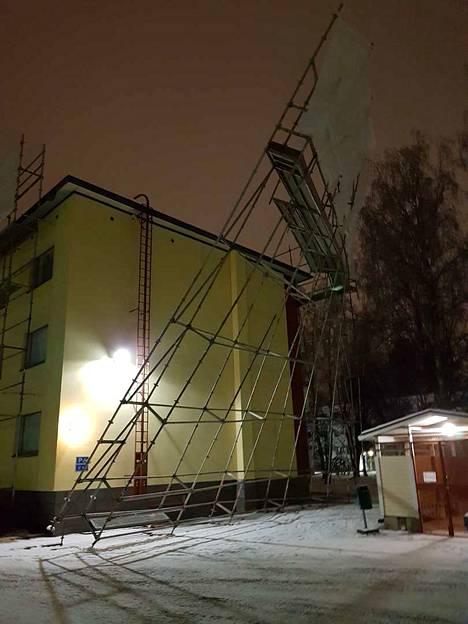 Rakennustelineet olivat talon seinustalla kattoremontin takia.