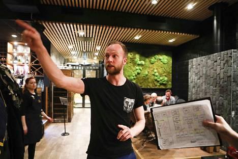 Ville Haataja muutti vuonna 2018 Kuusamosta Tampereelle, jossa odotti kiireinen työ Ratinan suvannossa sijaitsevan Saunaravintola Kuuman ravintolapäällikkönä. –Palkkasin vuonna 2018 personal trainerin. Liikunnasta saa hyvää mieltä. Mitään erityistä tavoitetta minulla ei ole.