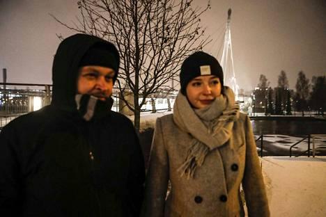 Timo Hakala ja Veera Lahti neuvottelevat vuonna 2018 laulamisesta.