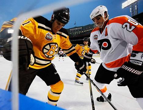 Boston Bruins voitti Philadelphia Flyersin 2–1 jatkoajalla 2010 pelatussa ulkoilmaottelussa.