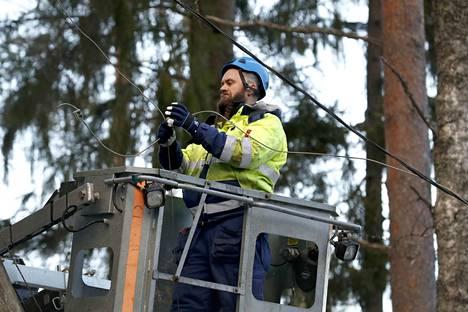 Vajaa vuosi sitten, tammikuun ensimmäisinä päivinä myrsky katkoi puita sähkölinjoille. Pori Energian Oskari Dahl korjasi myrskyvahinkoja Porin Makholmassa.