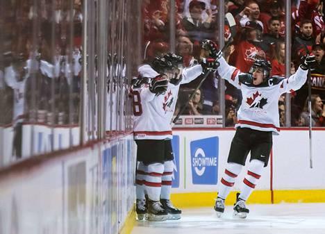 Tätä ei toivottavasti nähdä Suomen ja Kanadan puolivälierässä: kanadalaiset tuulettavat kapteeninsa Maxime Comtoisin johdolla osumaa MM-jäällä.