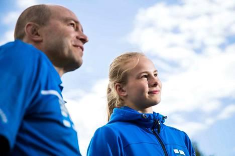 Pihla Salonen yrittää jatkaa Suomen mitaliputkea nuorten EM-kisoissa. Isä Sami jatkaa alle 18-vuotiaiden maajoukkueryhmän oto-valmentajana.