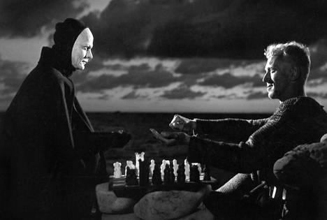 Ritari Antonius Block(Max von Sydow) palaa Ruotsiin osallistuttuaan ristiretkeen ja kohtaa Kuoleman (Bengt Ekerot), jonka kanssa hän pelaa shakkiottelun.