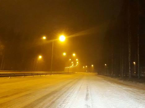 Aurauskalustoa oli liikkeellä yön aikana. Esimerkiksi Nokian moottoritie oli aurattu hyvin ennen viittä keskiviikkoaamuna, joskin uutta lunta satoi ja tuiskutti teille ja kaduille lisää.