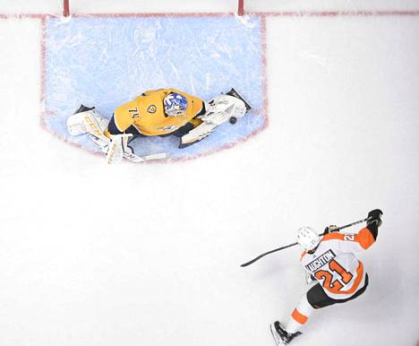 Nashvillen suomalaisvahti Juuse Saros torjui Philadelphia Flyersin Scott Laughtonin laukauksen. ZUMAWIRE