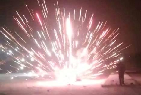 Pata räjähti perheenäidin kasvoille uudenvuodenyönä Kangasalla. Nainen on kuvassa ilotulitteen alla maahan kaatuneena.
