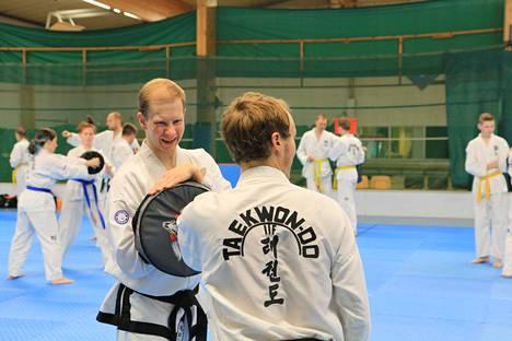 Teemu Autio (vas.) ja Henri Savilampi Sastamalan Taekwon-Do -seuran harjoituksissa Vinkin vapaa-aikakeskuksella.