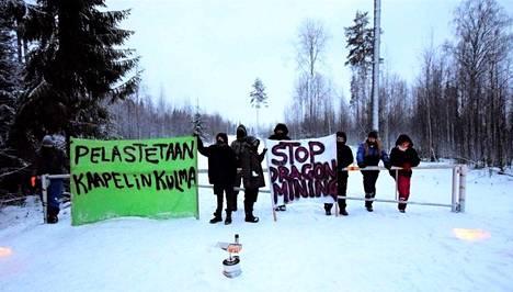 Mielenosoittajat ovat aamusta asti halunneet estää töiden etenemisen kaivoksella sulkemalla tien. Osa on kytkenyt itsensä porttiin.