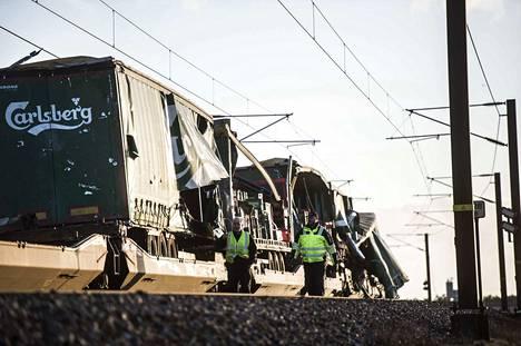 Tanskan junaonnettomuuden aiheutti olutta kuljettanut tavarajuna. Tuulen irrottama peite sinkoutui vastaan tulleeseen tavarajunaan.