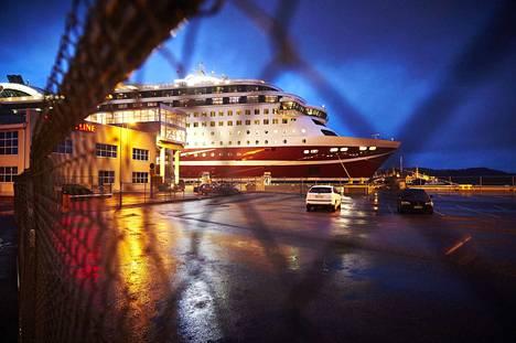 Laivat jäivät eilen illalla satamiin odottamaan tyynempiä aaltoja (kuvituskuva).