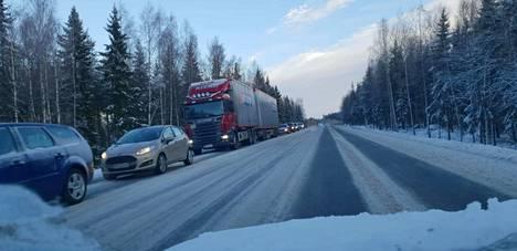 Onnettomuus kerrytti valtatielle pitkät jonot, sillä liikenne oli poikki Nokian Sarkolanmäestä noin tunnin verran.