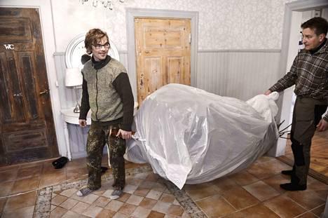 Kuusi ei pudota lattialle neulasia, kun sen ympäri pyöräyttää jonkinlaisen peitteen ennen ulos kantamista.