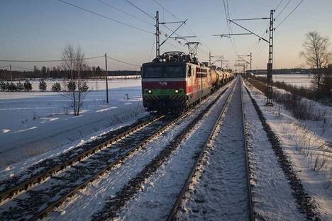 Talvimyrsky on iskenyt myös junaliikenteeseen.