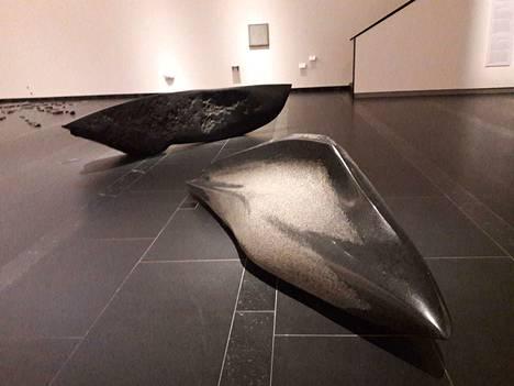 Kiven aika näyttelyssä esillä on Timo Hannusen Muuttolintu (Sarkofagi) ja Evä (Kuudes aalto). Veistokset ovat Korpilahden mustaa graniittia.