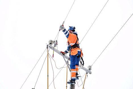 Eltel Networksin asentaja Sami Salmela korjasi sähkölinjaa Valkeakoskella Aapeli-myrskyn jäljiltä keskiviikkona.
