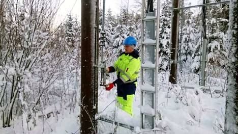 Leppäkosken sähkön Jani Mansukoski joutui korjaustöihin Parkanon Jaakkolankylässä.